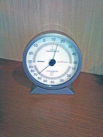 EMPEX (エンペックス) の温・湿度計 EX-2717で湿度をチェック