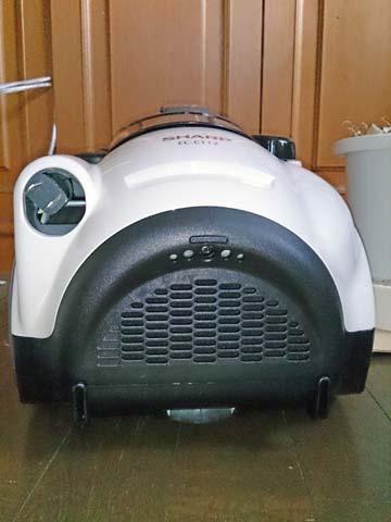 シャープのサイクロンクリーナー・掃除機EC-CT12の後部には排気口やコンセントの収納口がある