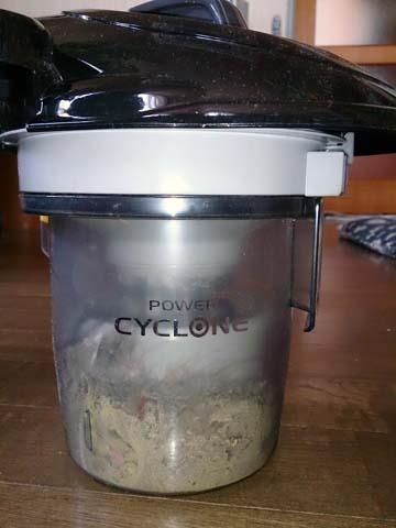 シャープのサイクロンクリーナー・掃除機EC-CT12は吸い込んだホコリ・チリ・ゴミは透明な容器に溜まっていく