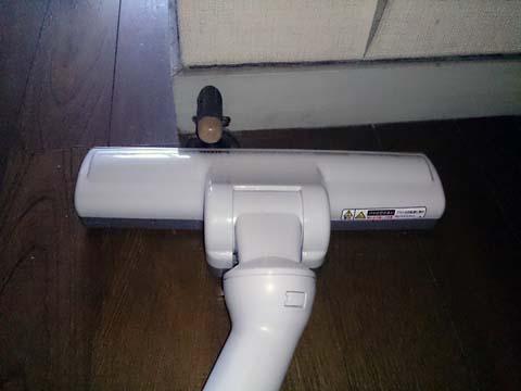 シャープのサイクロンクリーナー・掃除機EC-CT12のヘッド部分はコンパクトなので狭い場所にも入っていける