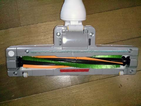 シャープのサイクロンクリーナー・掃除機EC-CT12のヘッド部分には吸気が回転するブラシが付いている