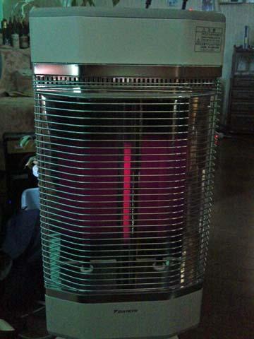 ダイキン(DAIKIN)の遠赤外線暖房機セラムヒート(ERFT11LS)は発熱管がほのかに赤くなるだけ
