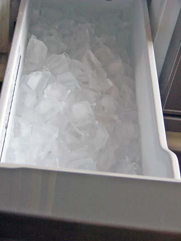 ヤマダ電機と東芝のコラボ冷蔵庫GR-1Zの製氷室にはいつもこれくらいの氷