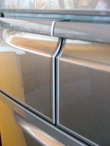 ヤマダ電機と東芝のコラボ冷蔵庫GR-1Zの製氷室と冷凍室のドアの面