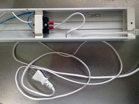 NOATEK(ノアテック) のLEDキッチンライトN-LED4820Pのコネクタに電源コードを取り付けたところ。コードは長め
