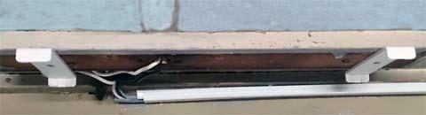 NOATEK(ノアテック) のLEDキッチンライトN-LED4820Pを取り付ける場所には予めプラスチックのパーツをネジ止めしておく