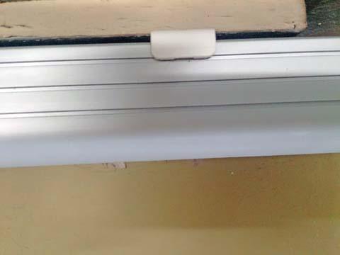 NOATEK(ノアテック) のLEDキッチンライトN-LED4820Pをプラスティックのパーツの爪に引っ掛けて固定する