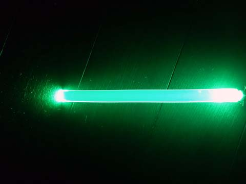 LEDアームバンドの中に入っている透明なプラスティックにLEDがついておりこれが発光する