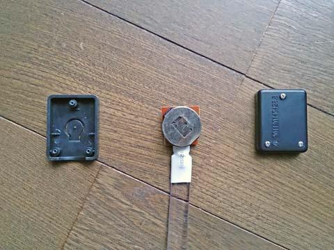 LEDアームバンドの電池を交換するには本体を分解しなければならない