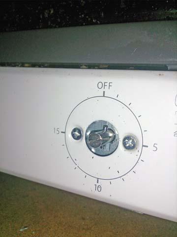 アイリスオーヤマのオーブントースターEOT-100のタイマーのダイヤルが外れるとこんな感じ